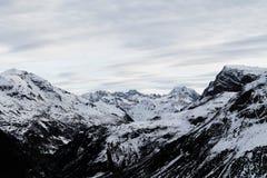 Vista scenica delle montagne ricoperte neve Immagini Stock