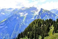 Vista scenica delle montagne svizzere Immagine Stock