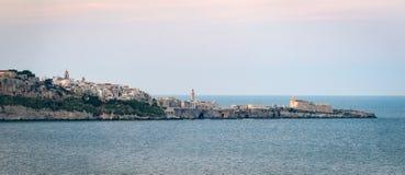 Vista scenica di alta definizione di Vieste con il mare Immagini Stock