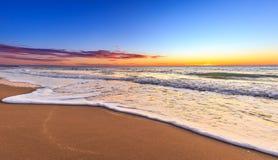 Vista scenica di bella alba sopra il mare Immagini Stock