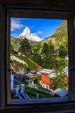Vista scenica di bella estate sul picco iconico nevoso del Cervino & su x28; Monte Cervin, Mont Cervino & x29; in cielo blu di gi Fotografie Stock Libere da Diritti