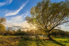 Vista scenica di bello tramonto sopra il fiume all'autunno Fotografia Stock