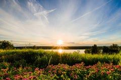 Vista scenica di bello tramonto sopra il lago Fotografia Stock