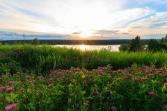 Vista scenica di bello tramonto sopra il lago Fotografie Stock Libere da Diritti