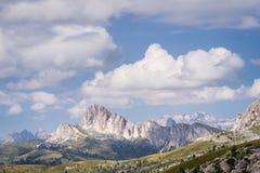Vista scenica di formazione rocciosa maestosa in dolomia italiane Immagini Stock