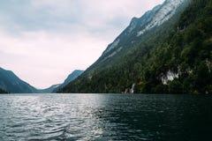 Vista scenica di Konigssee in Baviera un il giorno nebbioso Fotografia Stock