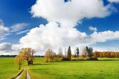 Vista scenica di lansdcape bavarese tipico con cielo blu nuvoloso il giorno soleggiato di autunno Fotografia Stock Libera da Diritti