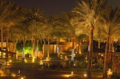 Vista scenica di notte di area dell'hotel con le palme e le illuminazioni Sceicco di EL di Sharm, Egitto Concetto di vacanze esti immagini stock libere da diritti