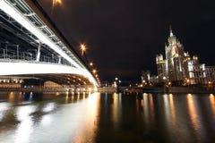 Vista scenica di notte del ponte sopra il fiume di Mosca Fotografie Stock Libere da Diritti