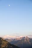 Vista scenica di panorama della montagna con Alpenglow nella sera Fotografia Stock