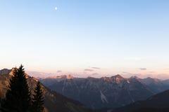 Vista scenica di panorama della montagna con Alpenglow nella sera Immagini Stock Libere da Diritti