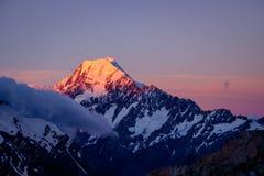 Vista scenica di tramonto della sommità del cuoco di Mt con il cielo variopinto, NZ Fotografia Stock Libera da Diritti