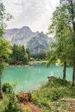 Vista scenica di un lago con turchese o di un colore verde smeraldo in Italia di nordest, vicino al confine sloveno fotografia stock
