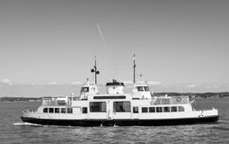 Vista scenica di una barca di Sunlines in bianco e nero nella vista di HelsinkiScenic di una barca di Sunlines in bianco e nero a Immagine Stock Libera da Diritti