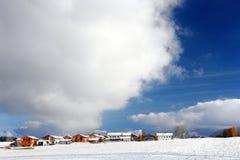 Vista scenica di una strada principale nelle alpi bavaresi con l'abetaia nell'inverno Fotografie Stock