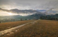 Vista scenica di una valle meravigliosa della montagna all'alba Fotografie Stock