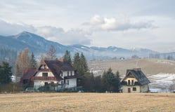 Vista scenica di una valle meravigliosa nelle montagne con le costruzioni di casa rurali dell'azienda agricola Immagine Stock Libera da Diritti
