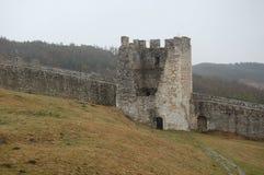 Vista scenica di vecchio castello europeo di pietra con nebbia grigia su fondo fotografia stock