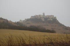 Vista scenica di vecchio castello europeo di pietra con nebbia grigia su fondo fotografia stock libera da diritti