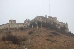 Vista scenica di vecchio castello europeo di pietra con nebbia grigia su fondo fotografie stock libere da diritti