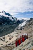 Vista scenica funicolare contro il ghiacciaio in alpi europee Fotografia Stock Libera da Diritti