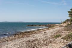 Vista scenica lungo la pista ciclabile brillante del mare del ` s di Falmouth Immagine Stock