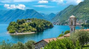 Vista scenica nel lago di trascuratezza Como, Lombardia Italia di Ossuccio, piccolo e bello del villaggio fotografie stock libere da diritti