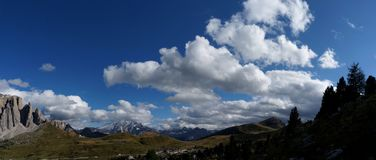 Vista scenica nelle dolomia del passaggio/Val Gardena/verso sud del Tirolo della strada di sella Immagini Stock