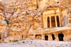Vista scenica rovine Colonnaded Roccia tagliate antiche della scala e di Triclinium in poco PETRA, Giordania immagine stock
