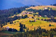 Vista scenica rurale di estate verde Villaggio sulle colline verdi Fotografie Stock Libere da Diritti
