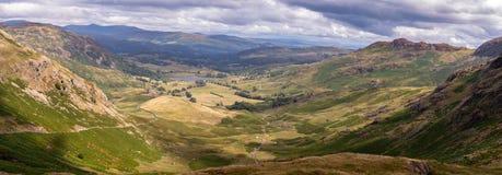 Vista scenica sbalorditiva dal passaggio di Wrynose in Cumbria, distretto del lago fotografia stock