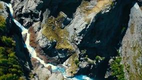 Vista scenica sopra il fiume con acqua bianca e la montagna distante con l'alta cascata Vista dalla cima della cascata e Fotografia Stock Libera da Diritti