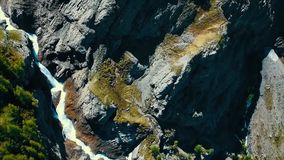 Vista scenica sopra il fiume con acqua bianca e la montagna distante con l'alta cascata Vista dalla cima della cascata e Fotografie Stock Libere da Diritti