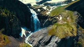 Vista scenica sopra il fiume con acqua bianca e la montagna distante con l'alta cascata Vista dalla cima della cascata e Immagini Stock Libere da Diritti
