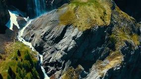 Vista scenica sopra il fiume con acqua bianca e la montagna distante con l'alta cascata Vista dalla cima della cascata e Immagine Stock Libera da Diritti