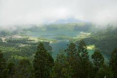Vista scenica sotto le nuvole di Lagoa das Sete Cidades, Azzorre Immagini Stock Libere da Diritti