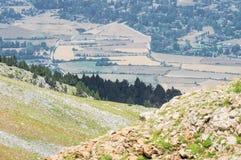 Vista scenica sui campi in Pirenei Fotografia Stock