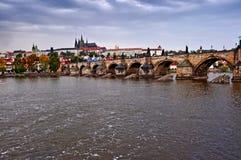 Vista scenica sul ponte sopra il fiume Immagine Stock