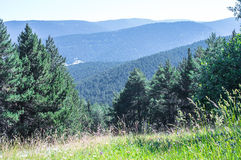 Vista scenica sulle montagne di Pirenei dalla collina Immagini Stock Libere da Diritti