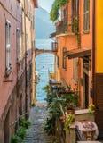Vista scenica in Varenna su un pomeriggio soleggiato di estate, lago Como, Lombardia, Italia fotografia stock