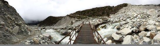 Vista semi panorámica del puente del metal que lleva al pueblo de Thukla Imagenes de archivo