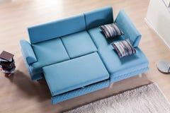 Vista senza coperchio del sofà d'angolo immagine stock