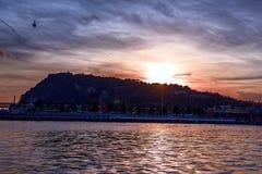 Vista serena de la montaña de Montjuic en la puesta del sol Hermosa vista del puerto Vell Barcelona, España Fotografía de archivo libre de regalías