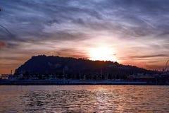 Vista serena de la montaña de Montjuic en la puesta del sol Hermosa vista del puerto Vell Barcelona, España Imagenes de archivo
