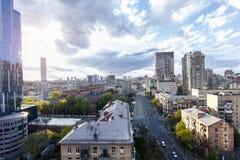 Vista serial de la ciudad hermosa asombrosa de Kyiv en la salida del sol foto de archivo libre de regalías