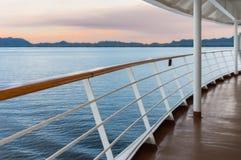 Vista severa di prima serata dell'oceano dalla veranda della nave da crociera fotografia stock