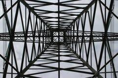 Vista simmetrica nel centro in una torre per le linee elettriche nel Hennipgaarde in Zevenhuizen, Paesi Bassi immagini stock libere da diritti
