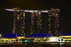 Vista Singapore di notte della baia del porticciolo Fotografie Stock