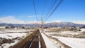 Vista a sobborgo dal treno o alla ferrovia nel Giappone video d archivio