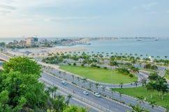 Vista sobre a baía e a península de Luanda com a estrada na parte dianteira e o yacht club no fundo imagens de stock